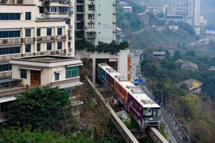 Железная дорога проходит через жилое здание