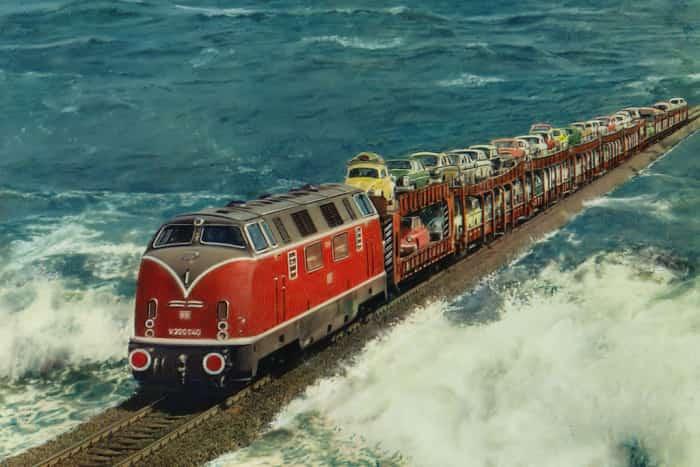 Поезд, проходящий по вершине плотины