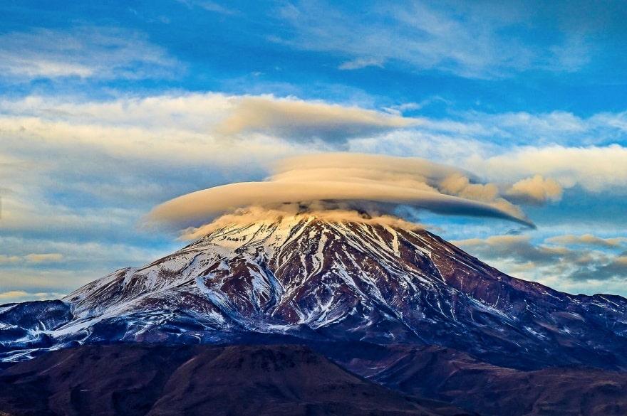 Линзообразные облака над стратовулканом Демавенд