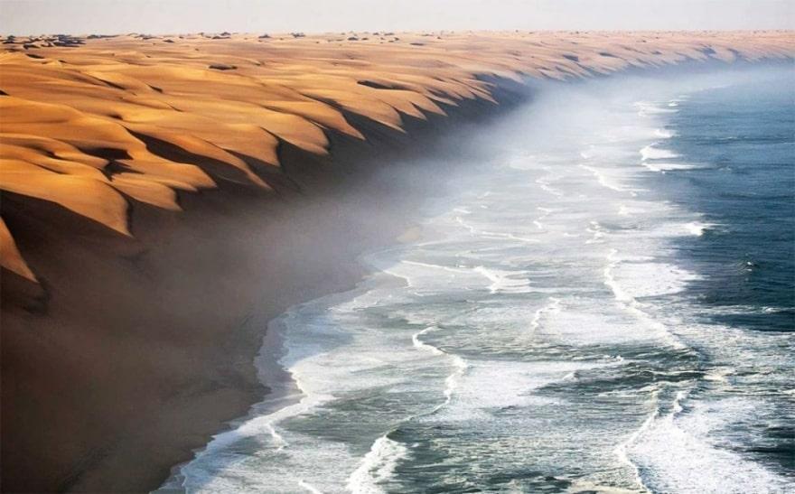 Место, где встречается пустыня Намибия и море