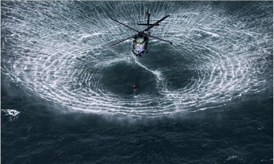 Вертолет приближается к поверхности воды