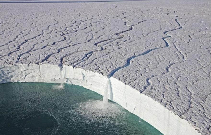Водопады ледника в заповеднике Свальбард