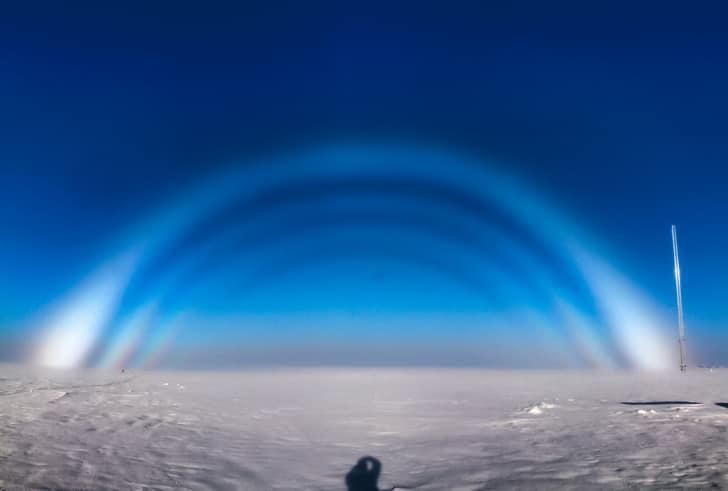 7. Существует бесцветная радуга, которая появляется при определенных обстоятельствах