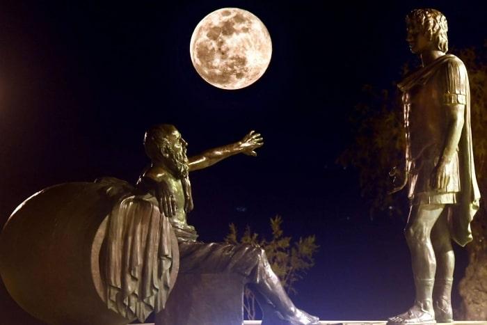 луна поднимается между статуями