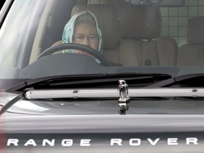 Елизавета II за рулем Range Rover