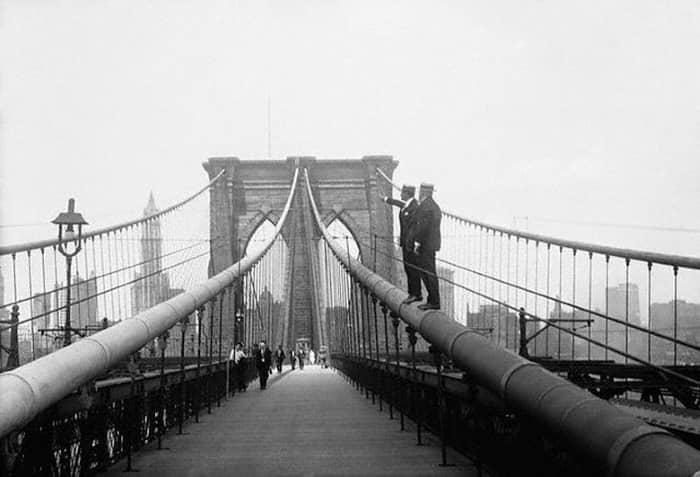 Мост движется
