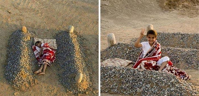 Ребенок спит возле могил своих умерших родителей в Сирии