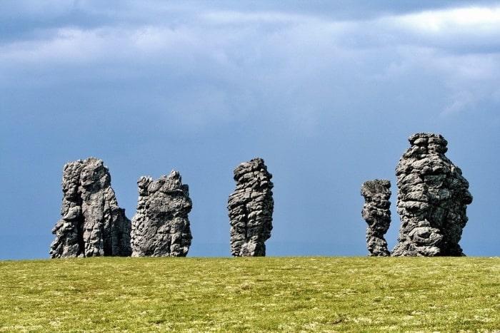 каменные столбы на плато Маньпупунёр