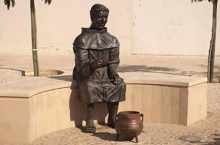 памятник тому монаху