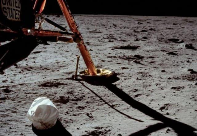 Нил Армстронг уронил мусор на Луну