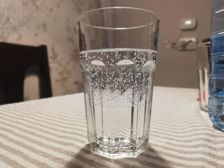 вода из-под крана и газированная вода