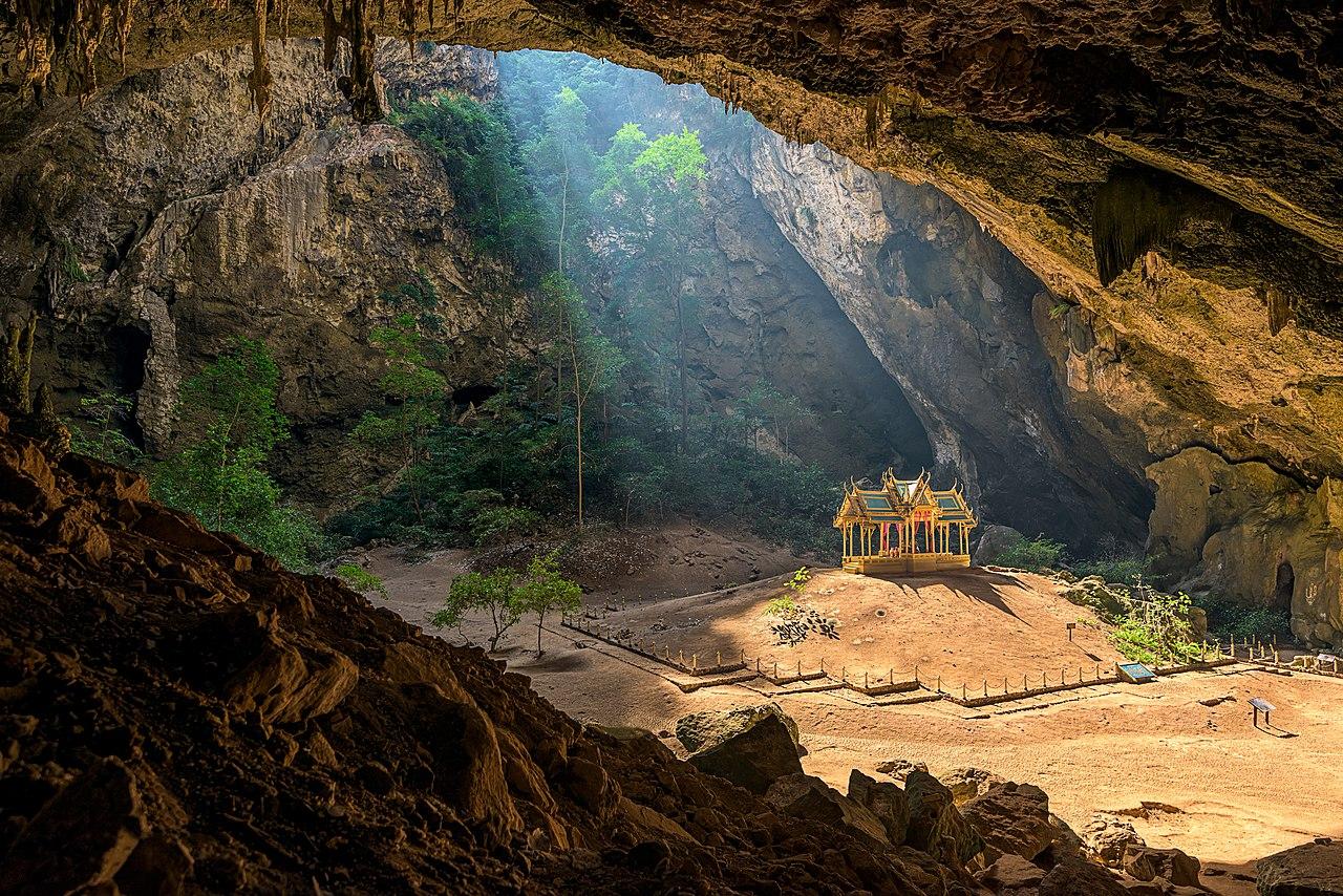 Королевский павильон в пещере Пхрайа Накхон, Таиланд