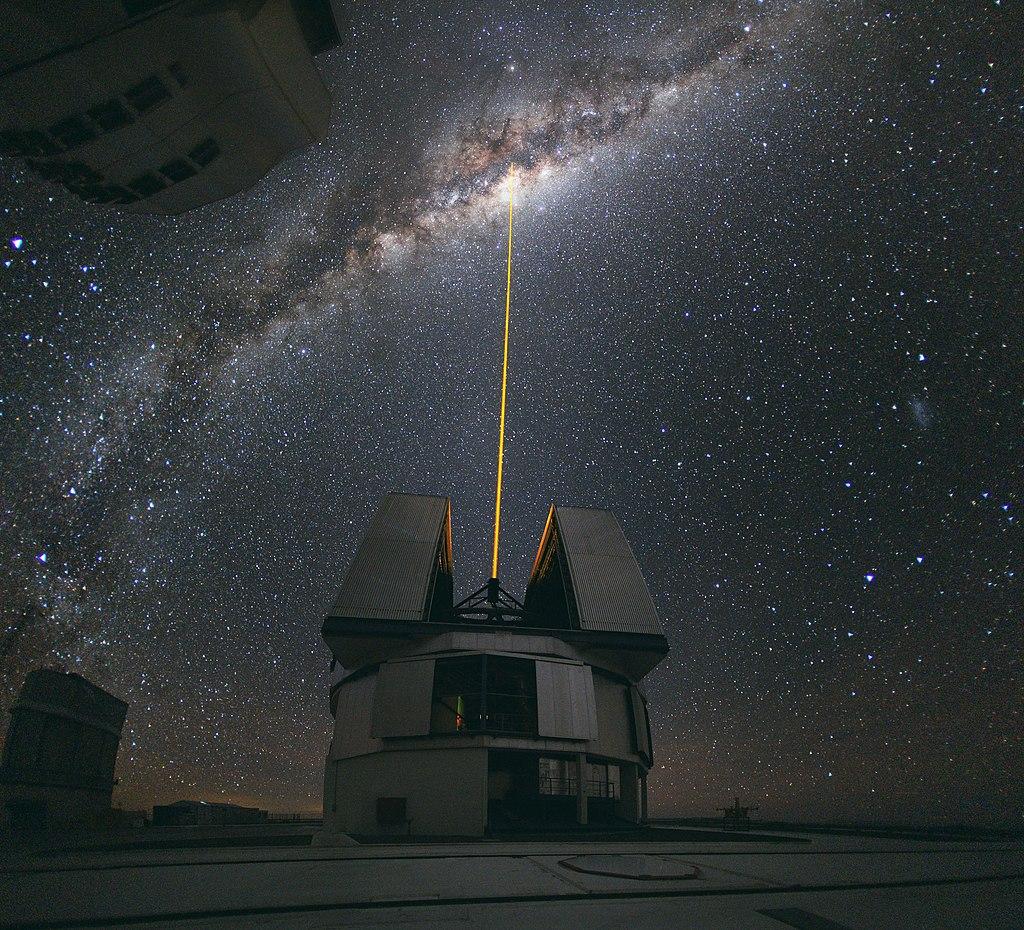 Лазер, направленный в центр Млечного Пути