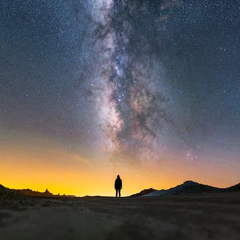 Млечный Путь над девушкой