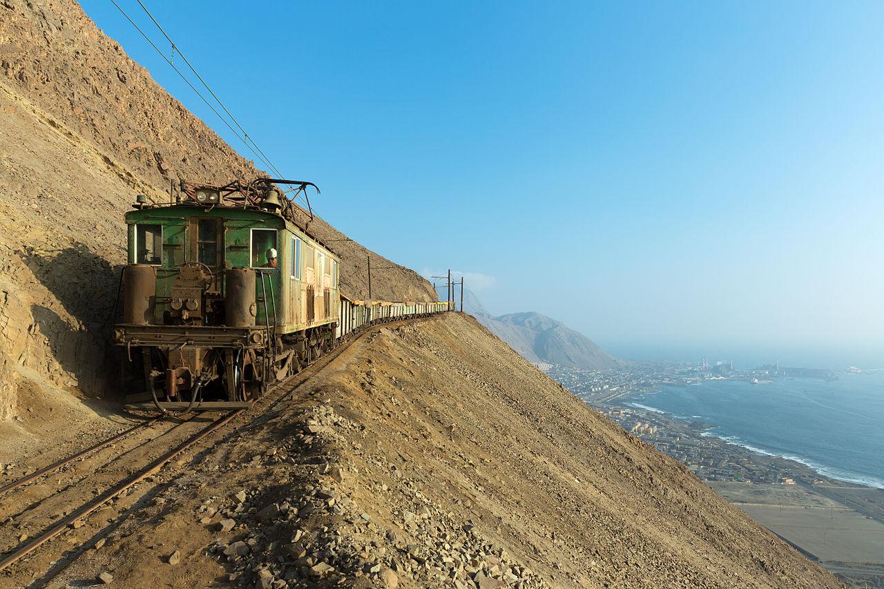 Поезд на горном склоне в окрестностях Токопильи, Чили