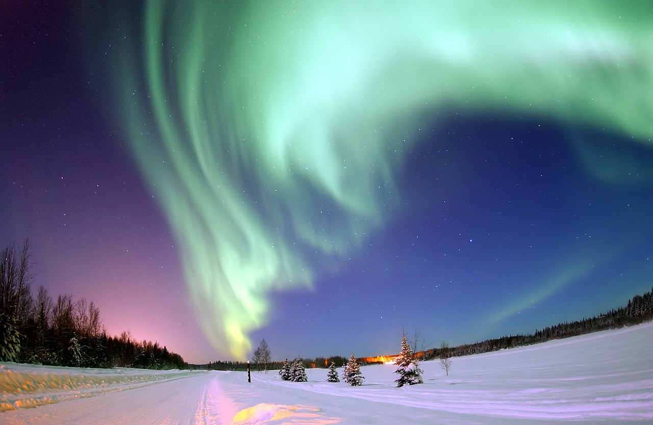 Полярное сияние над Медвежьим озером на базе ВВС, Аляска