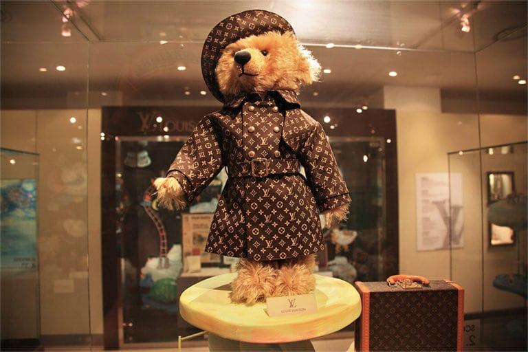 Плюшевый медведь Steiff в одежде от Louis Vuitton
