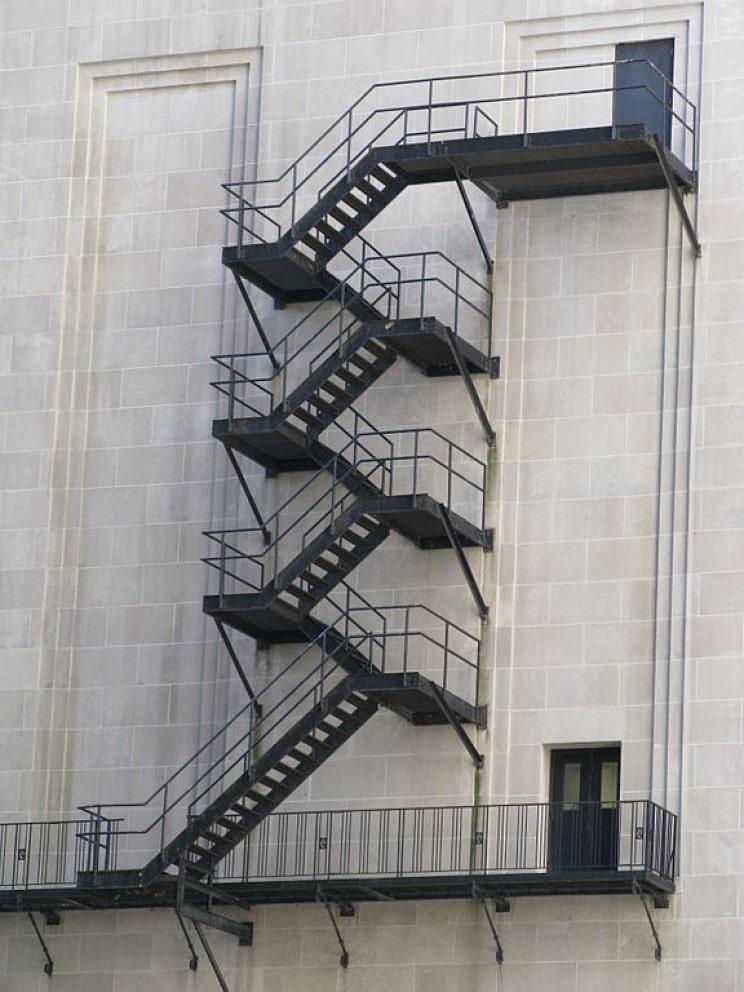 Внешние стальные пожарные лестницы