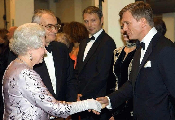 Елизавета II и Джеймс Бонд