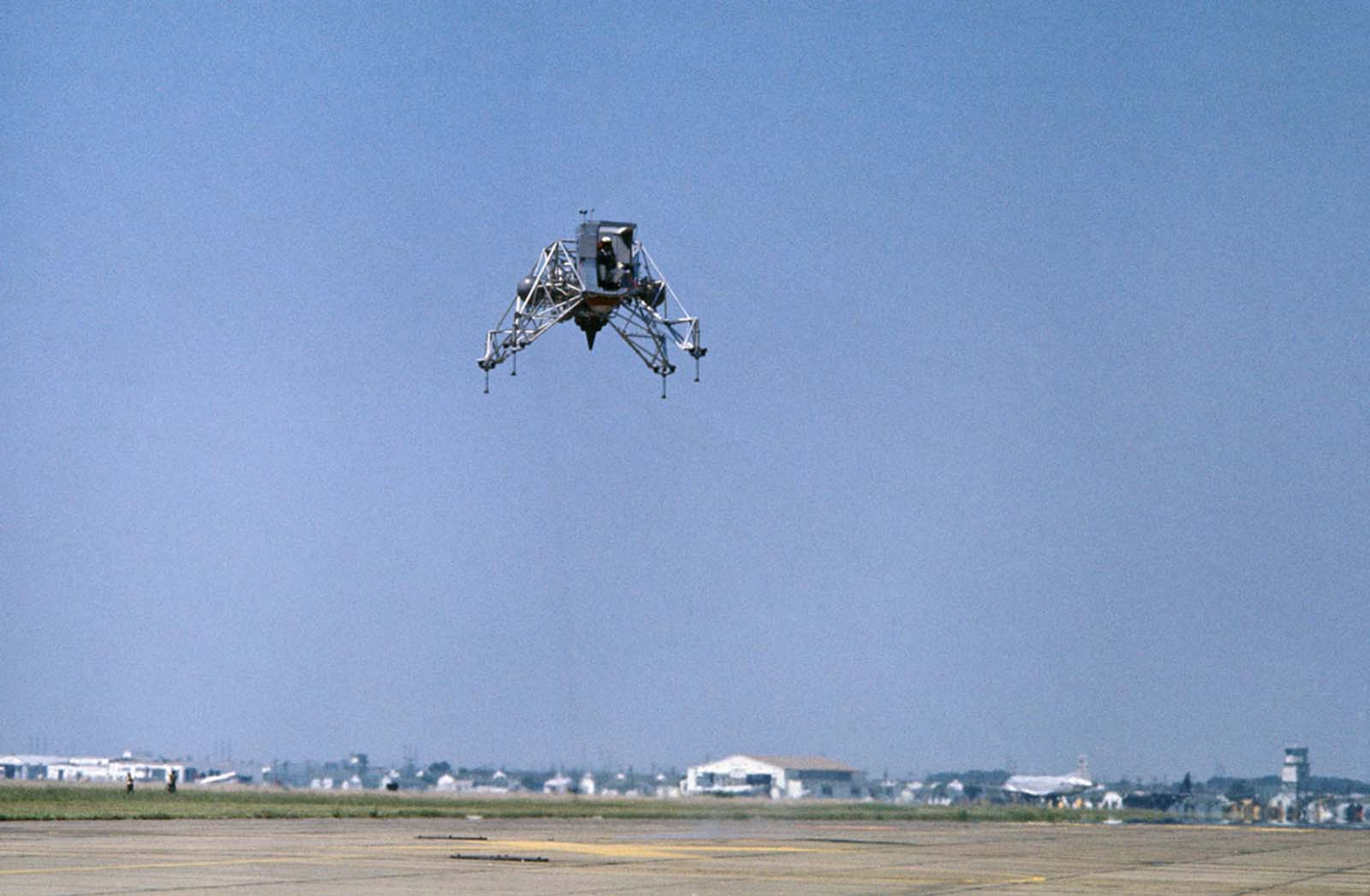 Нил Армстронг летит на учебно-тренировочном корабле