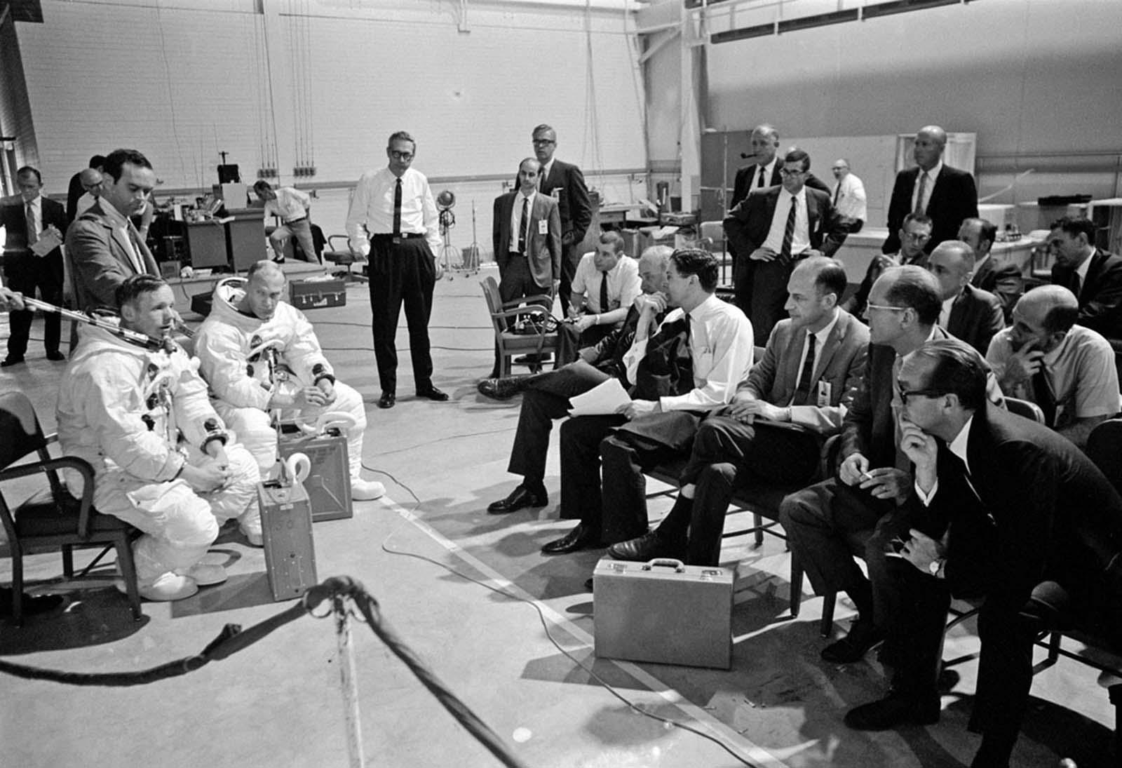 Нил Армстронг (слева) и Базз Олдрин инструктируют руководителей НАСА перед тренировкой