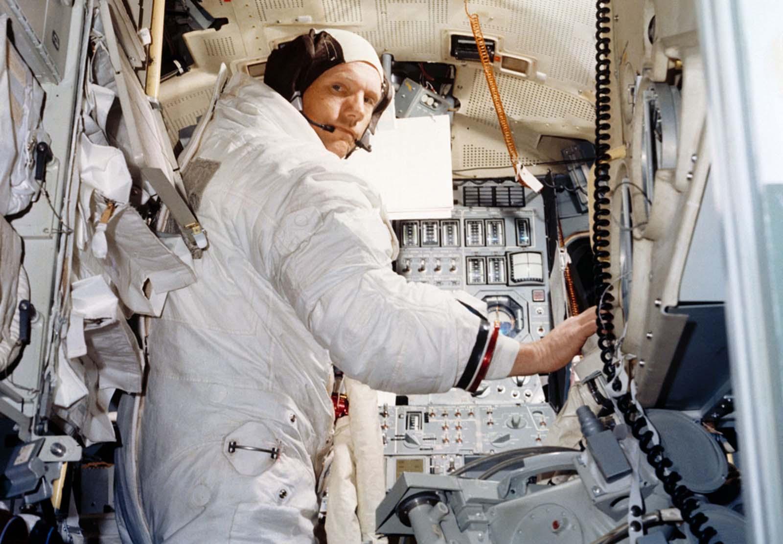 Нил Армстронг тренируется в симуляторе лунного модуля