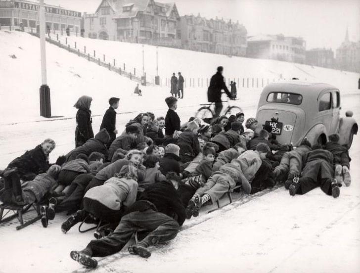 Дети катаются на санках