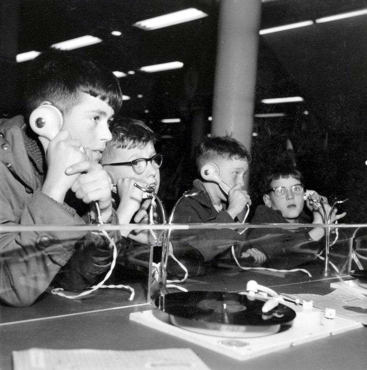 Дети в музыкальном магазине