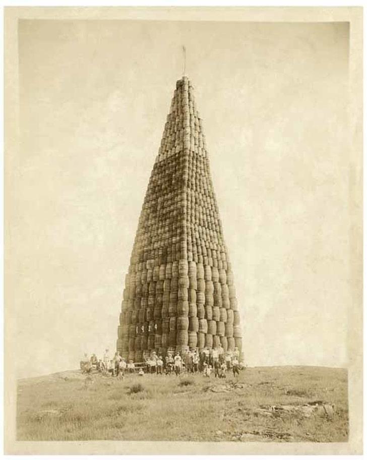 Гигантская пирамида из бочек с алкоголем