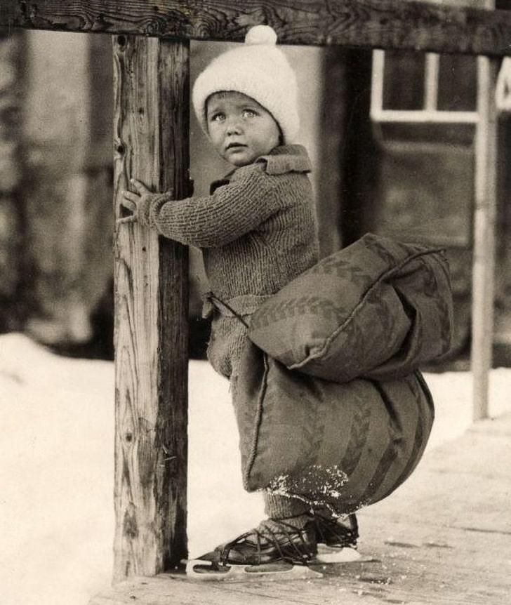 Мальчик с подушкой