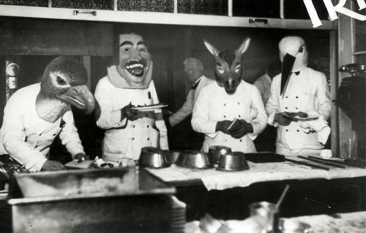 Официанты в баварском ресторане