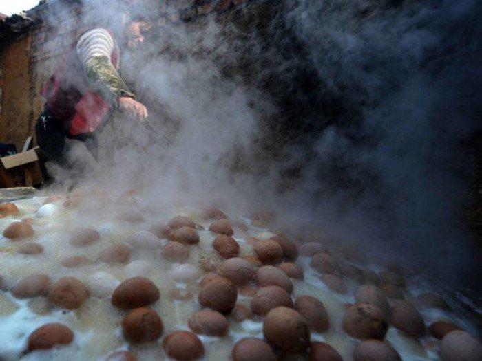 Они варили яйца в моче маленьких мальчиков