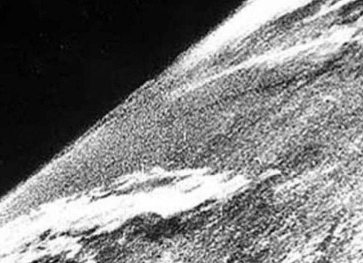 Первый снимок Земли из космоса