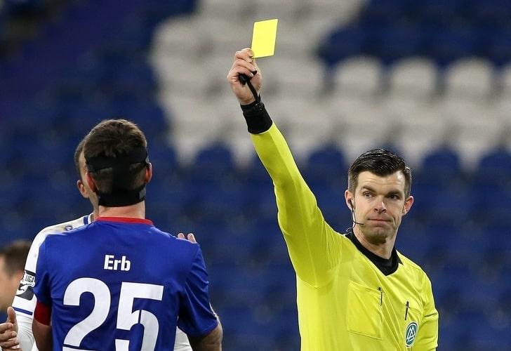 Почему футбольные арбитры используют красные и желтые карточки