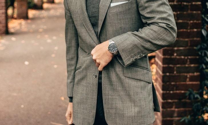 Почему мужчины не застегивают нижнюю пуговицу пиджака