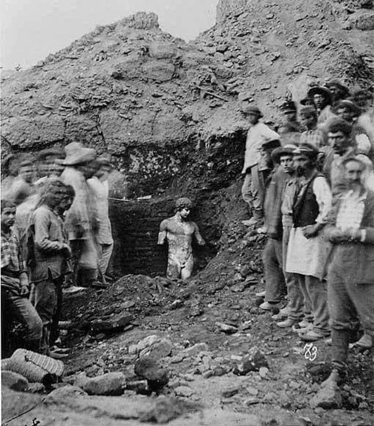 Раскопки статуи Антиноя в Греции