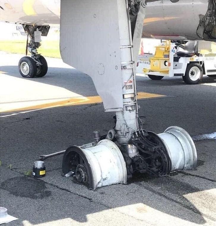 Шасси самолета после аварийной посадки