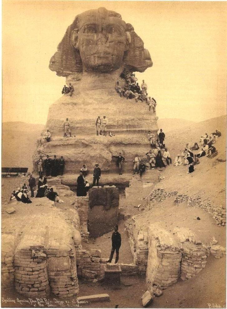Туристы на раскопках cфинкса