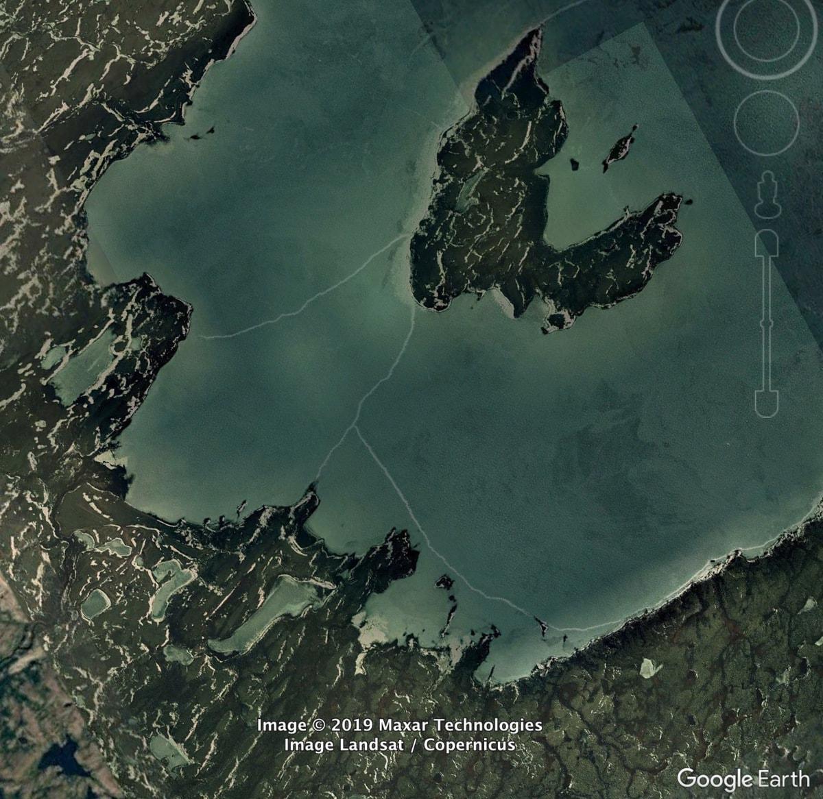 Замёрзшее озеро в Канаде
