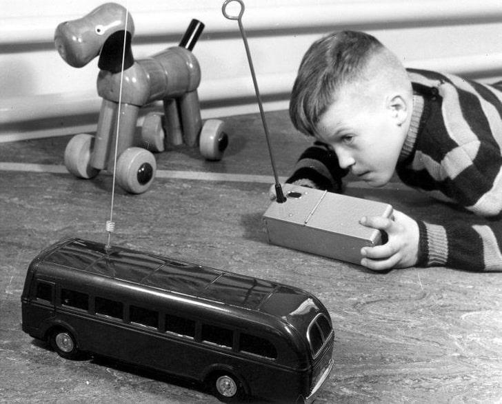 с радиоуправляемой игрушечной машиной