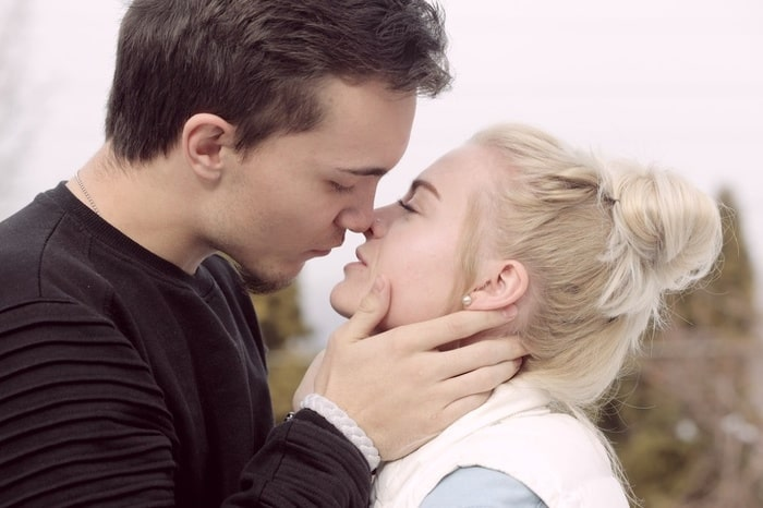 целоваться