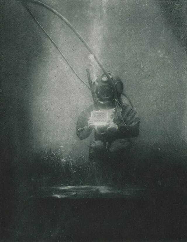 Первый снимок человека под водой - 1899