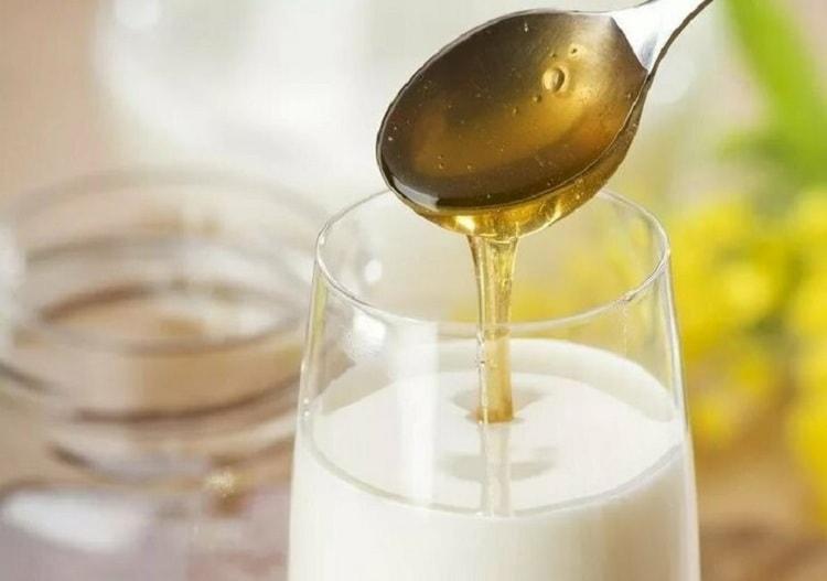 Теплое молоко с медом и малина