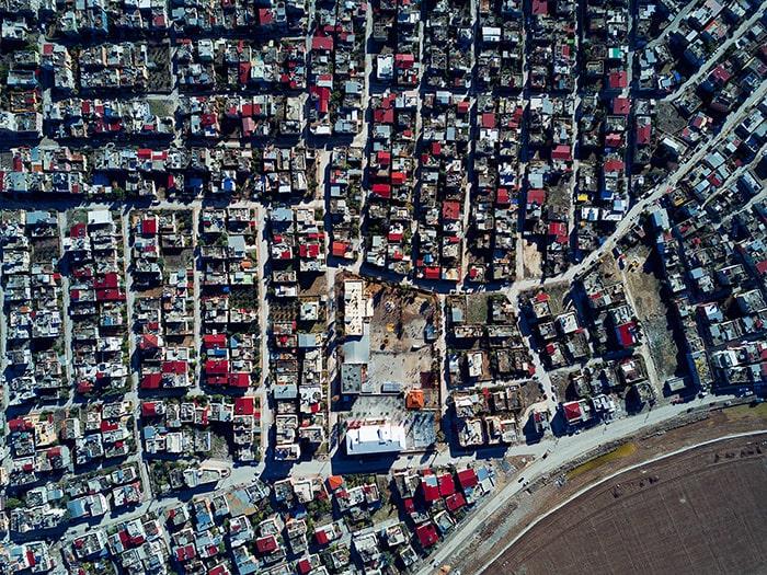 жилой район с красными крышами в Адане