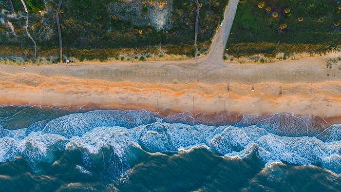 голубая вода и оранжевый песок
