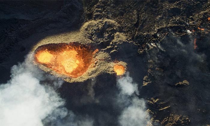 Над извергающимся вулканом на острове Реюньон