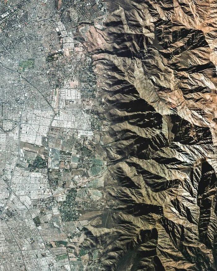 Густонаселенный город Сантьяго и горы