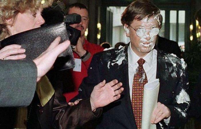 Билл Гейтс после броска в него тортом