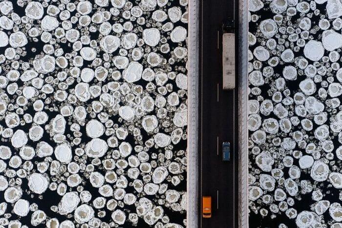 Вид на мост через замерзающую реку