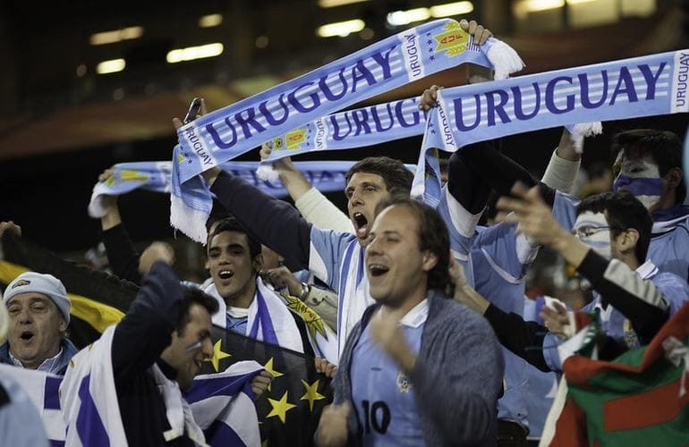 Болельщики Уругвая во время футбольного матча.